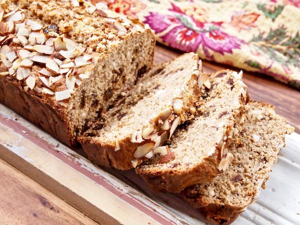 Pão de Baunilha e Amêndoa com Datas e Queijo de Cabra | Frutas doces e baunilha aromática dão seus sabores a este pão incrível! O queijo de cabra saboroso acrescenta cremosidade deliciosa, as amêndoas fatiadas adicionam a quantidade perfeita de trituração e as datas semelhantes a doces estão espalhadas por todas as fatias. Grãos integrais e adoçados naturalmente este pão único, SABOROSO rico e indulgente!